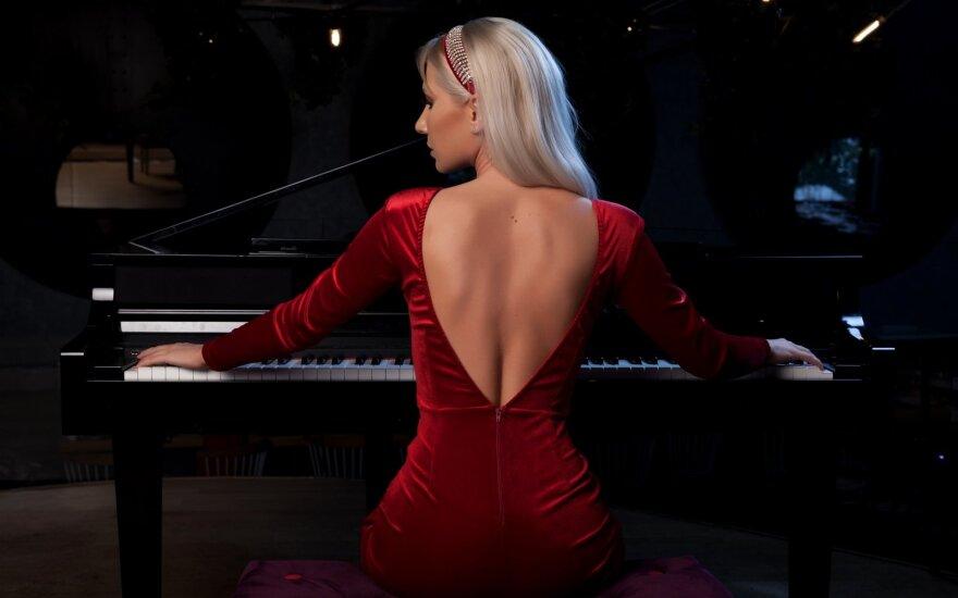 Mergina grojo fortepijonu.