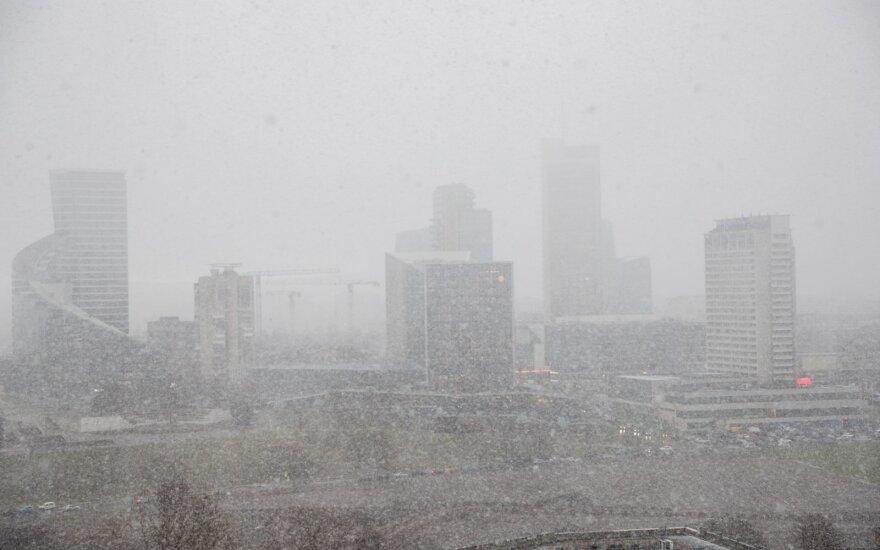 Žiemos staigmenos nesibaigia: Vilniuje krušą keičia sniegas, pasigirdo griaustinis