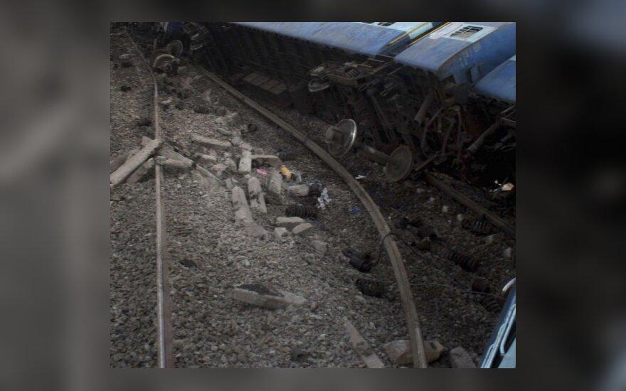 Indijoje susidūrus dviem traukiniams žuvo daugiau kaip 50 žmonių