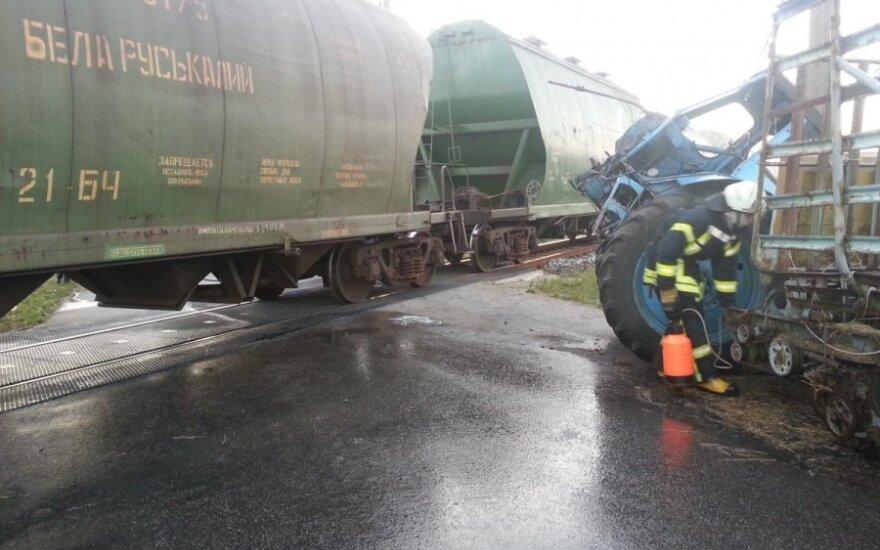 Traukinys rėžėsi į traktorių, vyras liko sveikas