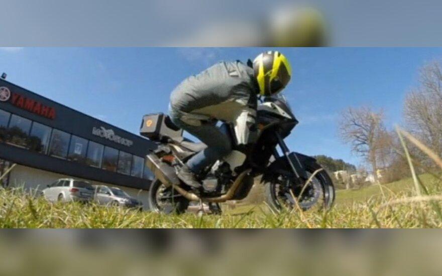 Motociklininkas krenta nuo motociklo