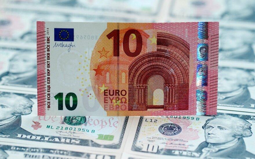 JAV dolerio kursas smuko į žemiausią per savaitę lygį euro atžvilgiu