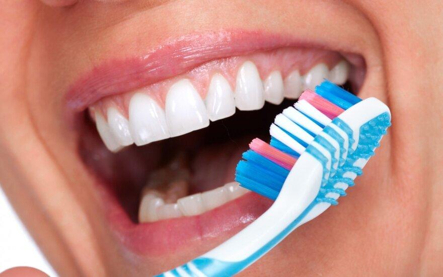 Ko moterys neturėtų pamiršti prižiūrėdamos dantis