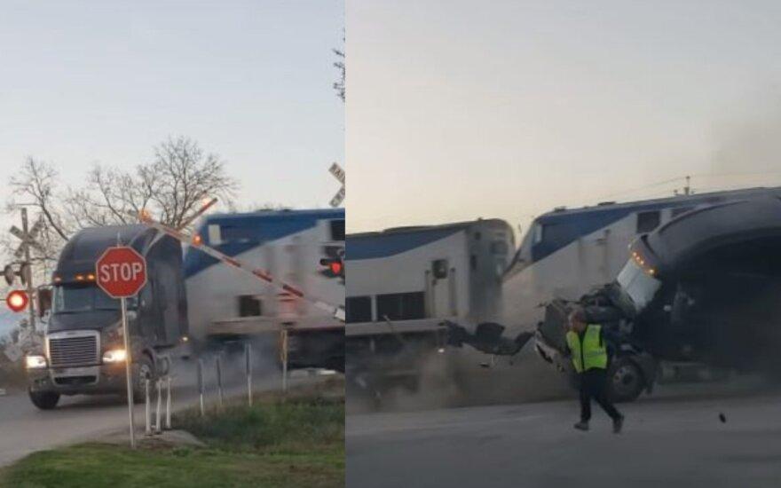 Vilkiko vairuotojas, įstrigęs ant bėgių, vos išsigelbėjo nuo traukinio