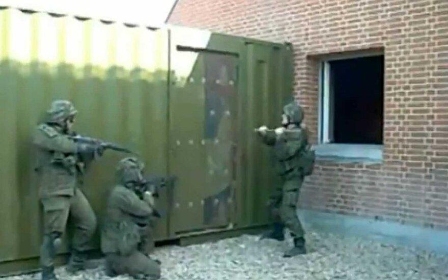 Niekaip durų išlaužti nepajėgiantis Lietuvos karys tapo interneto hitu