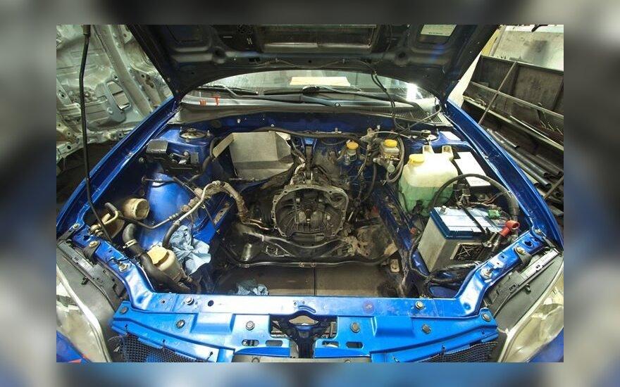 Modifikuojamas lenktyninio automobilio variklis