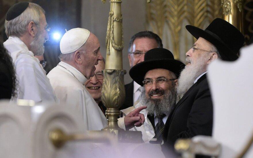 Popiežius apsilankė Didžiojoje sinagogoje Romoje