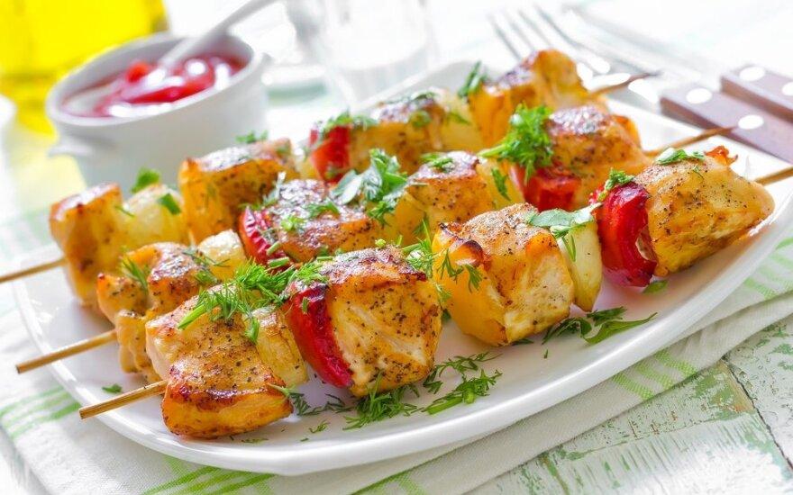 R. Ničajienės vasaros receptai: jogurte marinuota vištiena ir migdolinė panakota