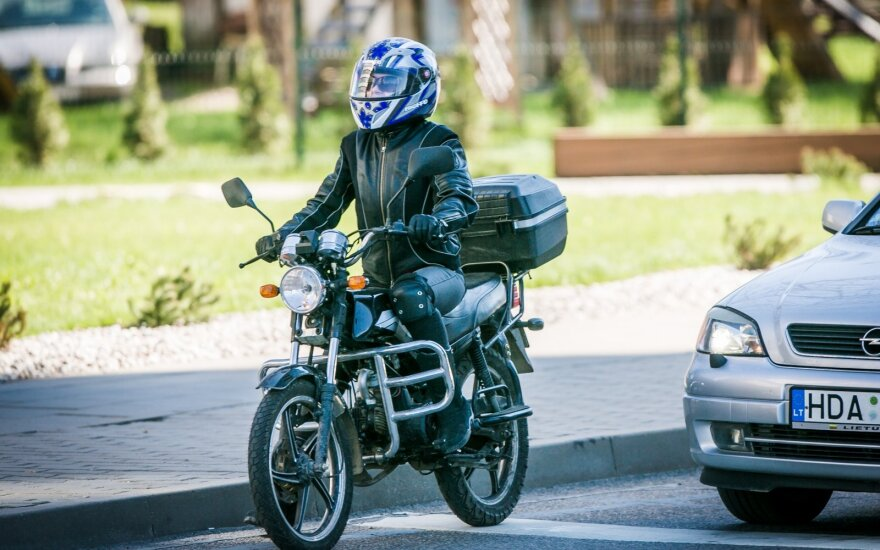 Vyriausybė nepritarė siūlymui B kategorijos pažymėjimą turintiems vairuotojams leisti vairuoti motociklą