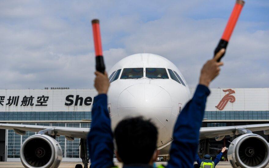 Keleivinis lėktuvas per dvi minutes tūkstančius metrų smigo žemyn