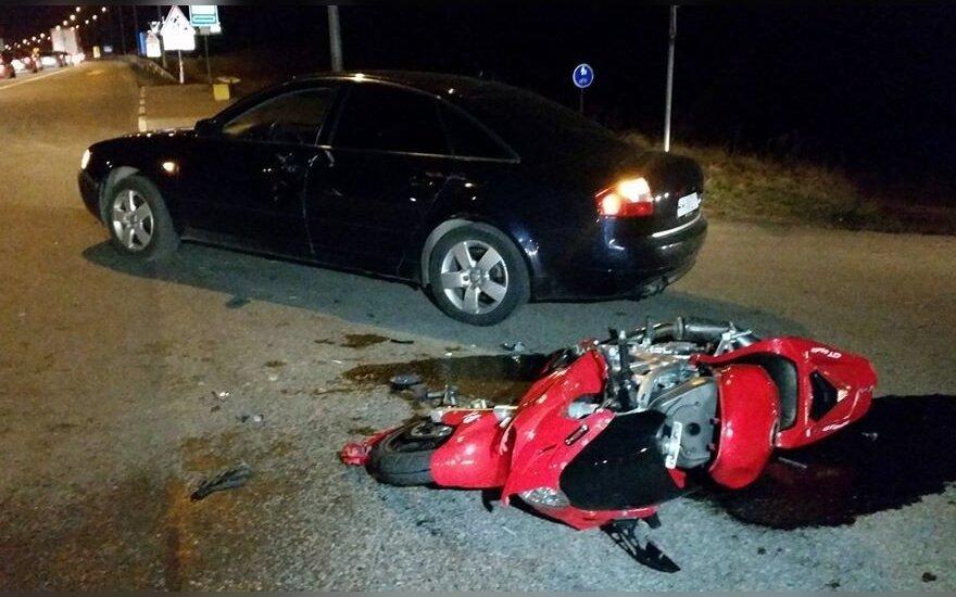 Magistralėje spūstį apvažiuoti bandęs motociklininkas trenkėsi į du automobilius