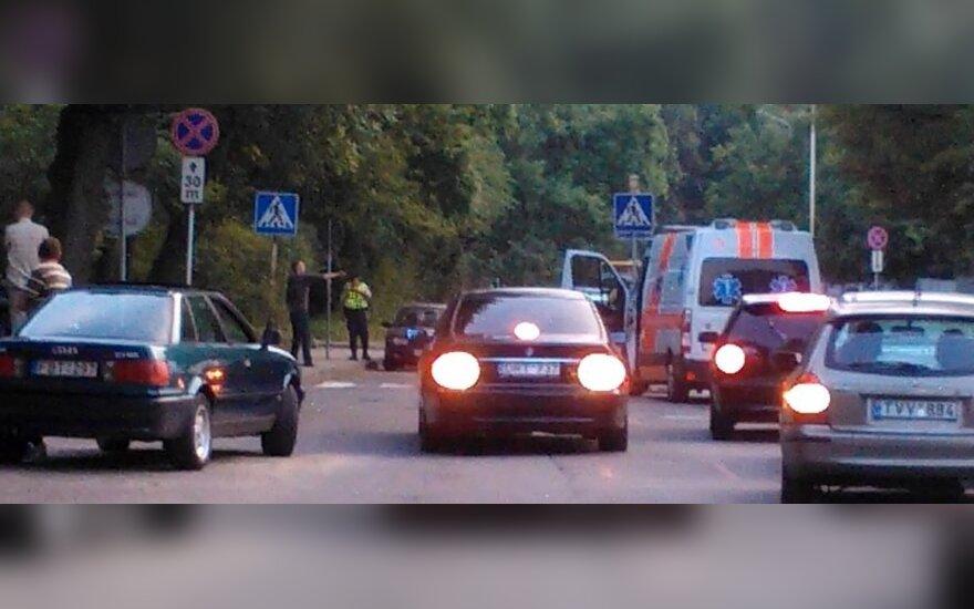 """Vilniuje liudytojai nufilmavo prie """"Maximos"""" siautėjusį šaulį"""