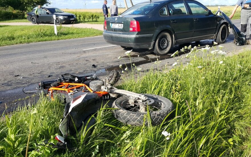 Lumpėnų kaime vairuotojas pabėgo laukais, palikęs automobilį ir negyvą motociklininką