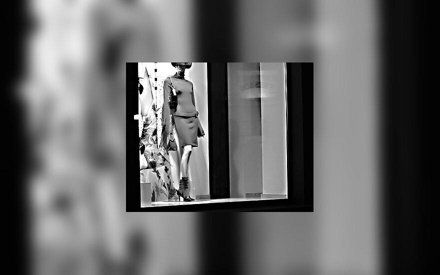 Prabangios rūbų parduotuvės vitrina, manekenas, moteris
