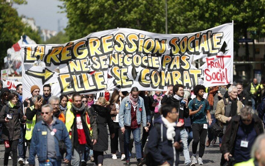 """Dar vienoje protesto akcijoje Paryžiuje dalyvauja šimtai """"geltonųjų liemenių"""""""