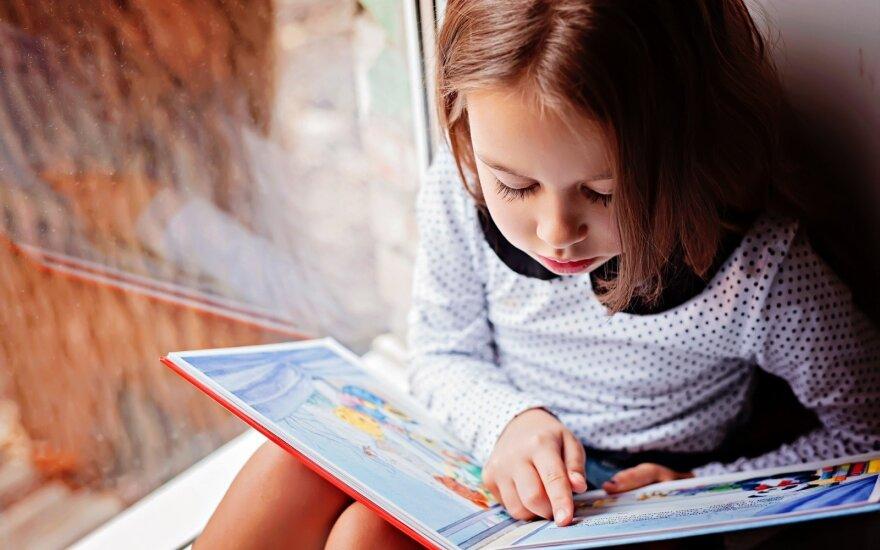 Mergaitė su knyga