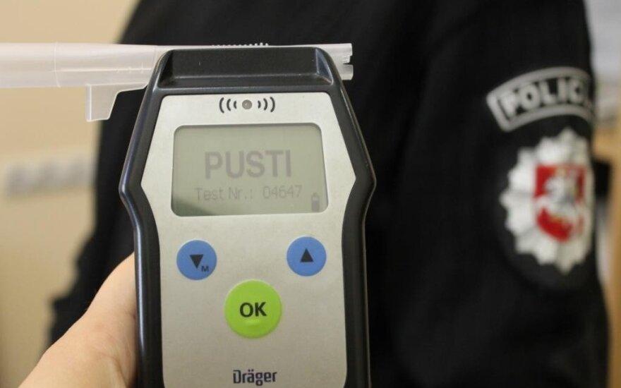 Visiškai girta degalinės darbuotoja net nebesugebėjo pataikyti į kasos aparato mygtukus