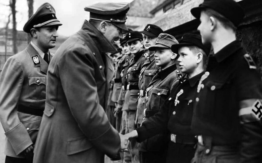 A. Hitleris prie savo bunkerio sveikina Geležiniais kryžiais apdovanotus paauglius iš Hitlerjugendo. 1945 m. balandis.