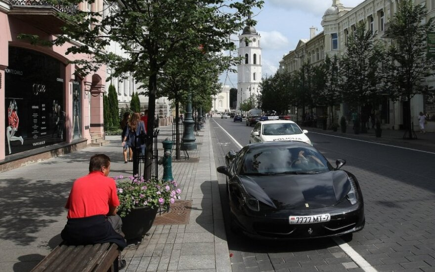 "Automobilis ""Ferrari"" Gedimino prospekte"