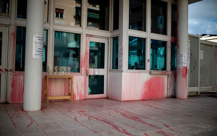 Graikų anarchistų grupė ištepliojo dažais JAV ambasadą Atėnuose; suimti du įtariamieji