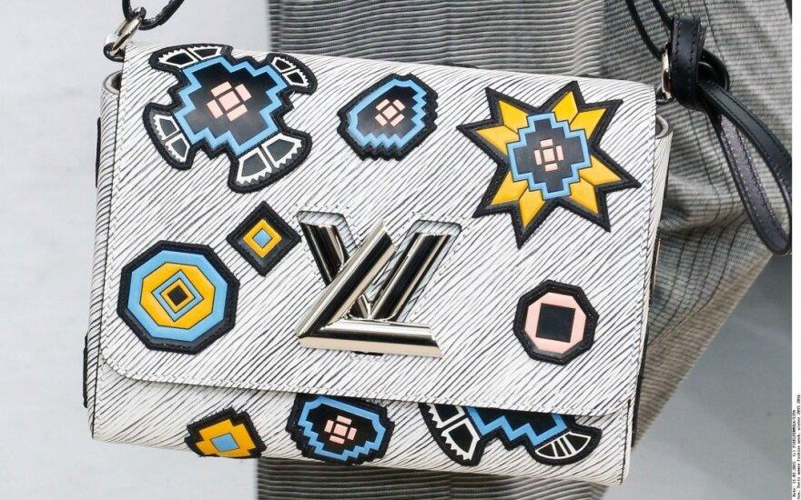 """Sumažėjus """"iPhone"""" pardavimams Kinijoje, sunerimta ir dėl """"Louis Vuitton"""" rankinių"""