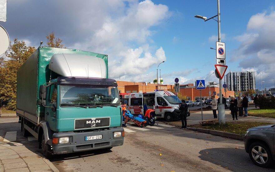 Vilniuje, pėsčiųjų perėjoje, sunkvežimis partrenkė senjorą