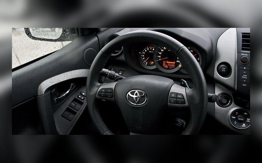 """""""Toyota"""" atšaukia 308 tūkst. visureigių"""
