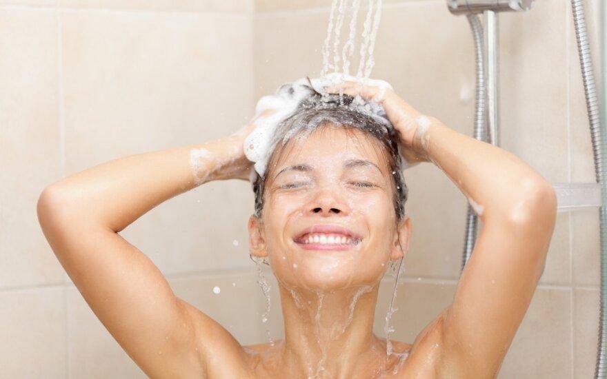 mergina plauna galvą dušas nuoga švara