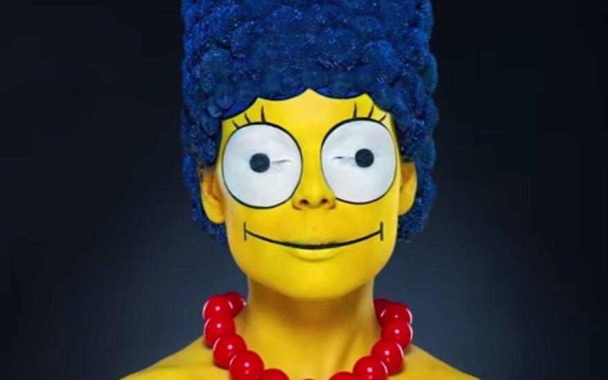 """Įspūdingas vaizdo įrašas: kaip pasidaryti """"Simpsonų"""" personažo Marge šukuoseną ir makiažą"""