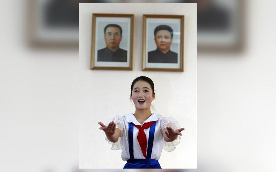Šiaurės Korėjoje greta kabo Kim Il-sungo (kairėje) ir Kim Jong-ilo portretai.