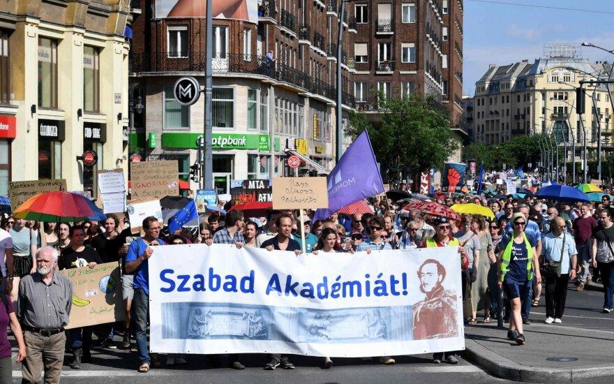 Vengrijoje įvyko protestas dėl vyriausybės planų perimti mokslo tyrimų tinklo kontrolę