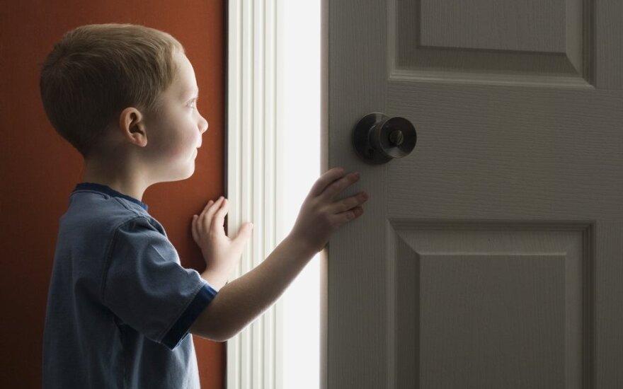 Vienas namuose: specialistų patarimai turintiems vaikų