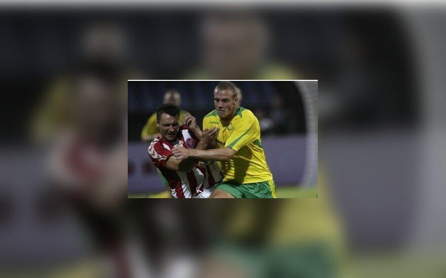 """Mindaugas Bagužis (""""Kaunas"""", geltoni marškinėliai) kovoja dėl kamuolio"""