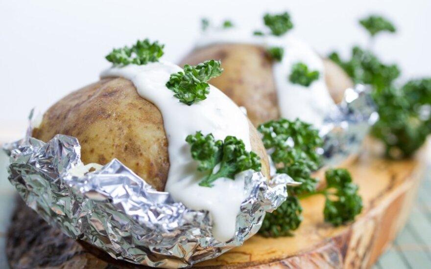 Folijoje keptos bulvės su šonine ir česnakais