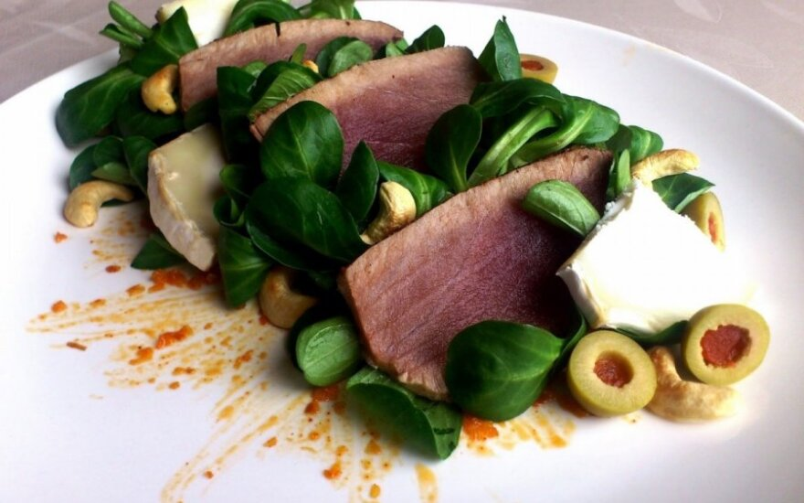 ŠVENTIŠKA: apskrudinto tuno salotos