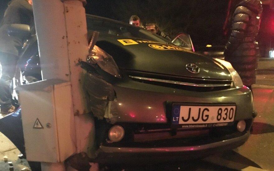 Vilniuje prie pat degalinės taksi trenkėsi į šviesoforo stulpą