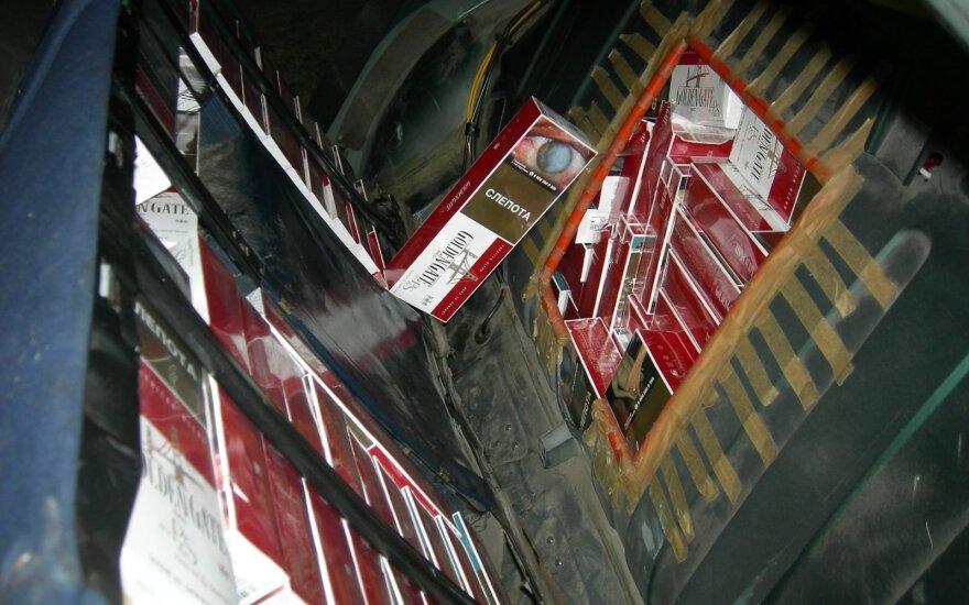 """Kontrabandines cigaretes muitininkai traukė iš """"Mercedes Benz"""" slėptuvių"""