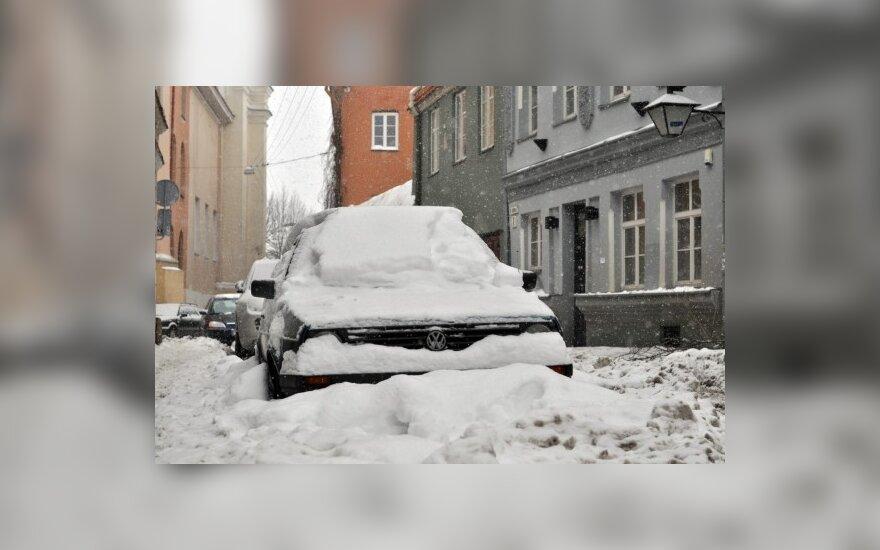 Apleistus automobilius išduoda sniegas