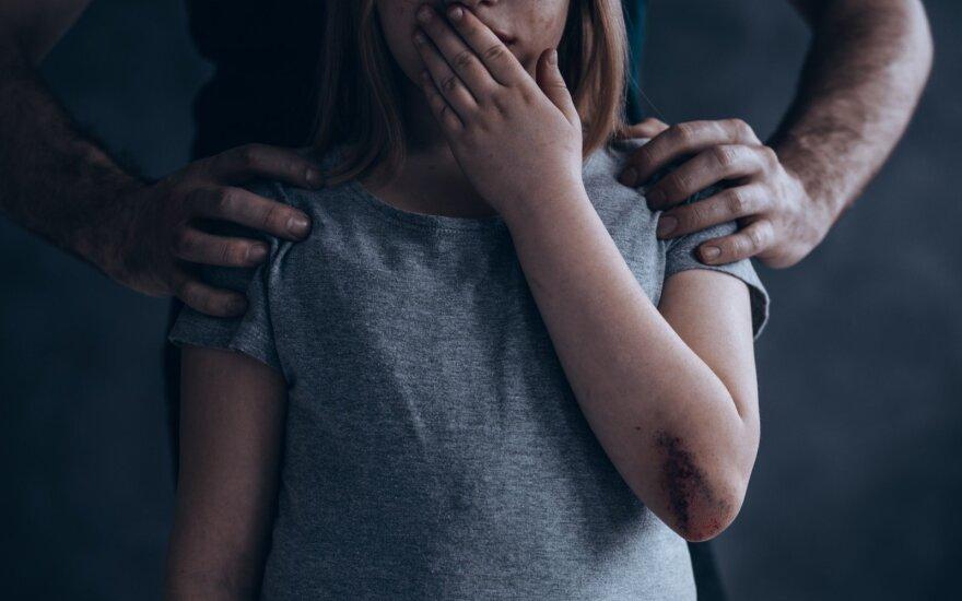 Sukrečianti šeimos drama: tėvų geriausias draugas pagrobė ir ilgus metus tvirkino jų dukrą