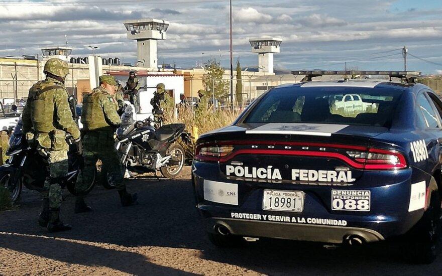 Meksikos policija prie kalėjimo