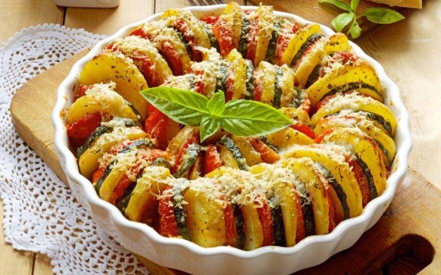 Traškus bulvių, cukinijų ir pomidorų apkepas