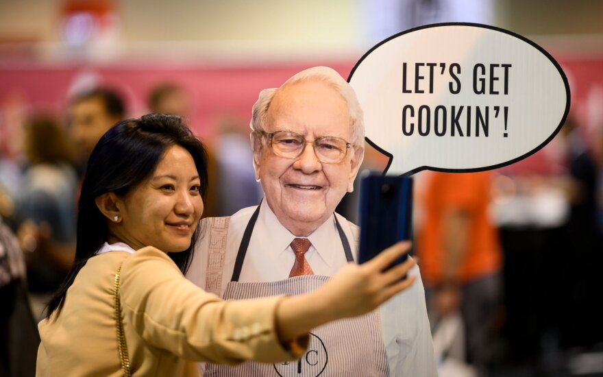 Labdaringas aukcionas už pietus su Buffetu prasidėjo nuo 25 tūkst. dolerių