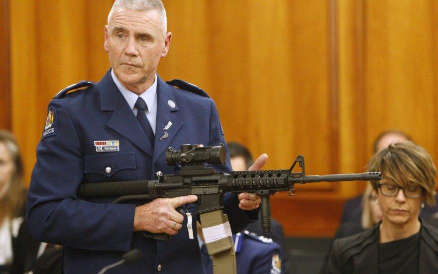 Policininkas demonstruoja užpuoliko naudoto ginklo modifikaciją Naujosios Zelandijos parlamente