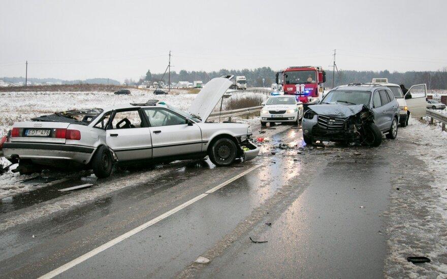 """Avarijos metu """"Audi"""" lūžo į dvi dalis, vairuotojas žuvo vietoje"""