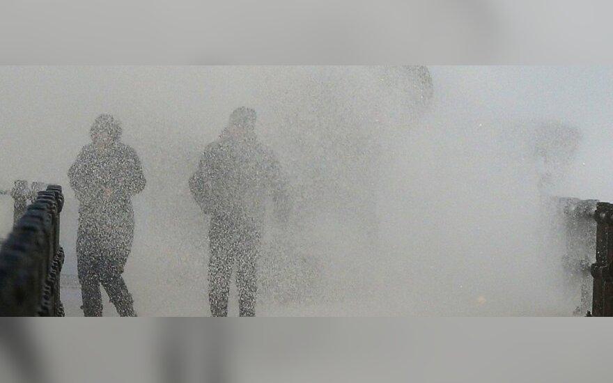 """Uragano """"Gonzalo"""" uodegos sukelta audra Anglijoje pražudė vieną moterį"""