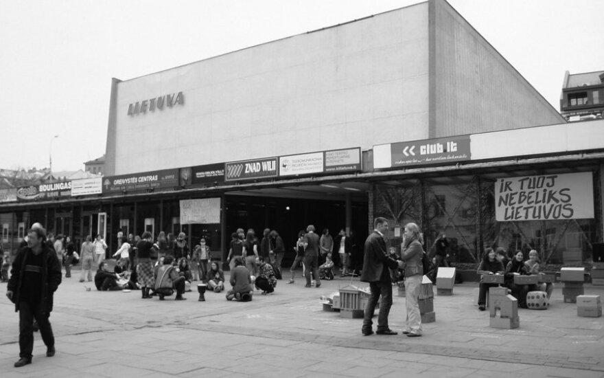 """Prie """"Lietuvos"""" kino teatro 2005 m."""