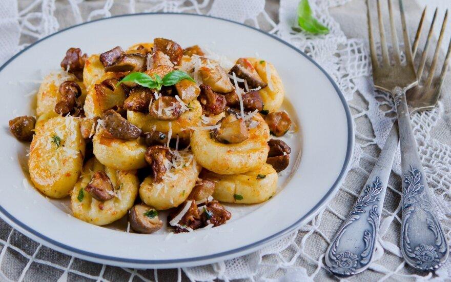 Šilkiniai bulvių virtinukai su pievagrybiais