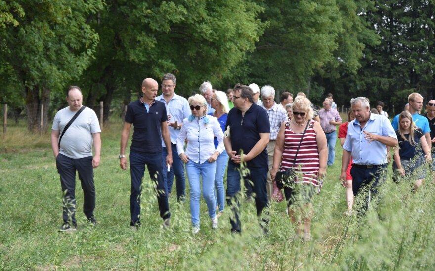 """Nuotraukoje iš """"Ekoagros"""" archyvų: ekologiškai ūkininkaujantieji lauko dienoje praėjusių metų vasarą, antras iš kairės – VšĮ """"Ekoagros"""" direktorius prof. dr. Gintautas Labanauskas"""