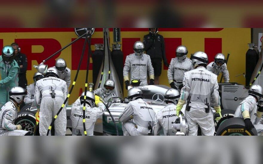 """Nico Rosbergas ir """"Mercedes"""" komandos mechanikai"""