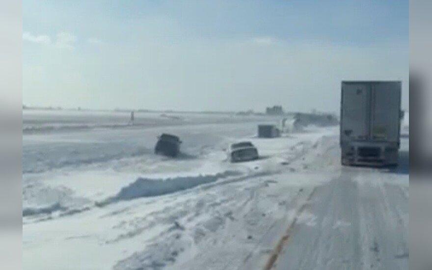 Beprotiška žiema JAV vairuotojams: bekraščiai ledo tyrai ir į pakeles nuvirtusios mašinos